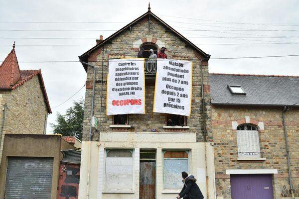 Les squatteurs du 94 rue de Châtillon, à Rennes (Ille-et-Vilaine), ont affiché un message aux fenêtres de la maison, le 8 mai 2015
