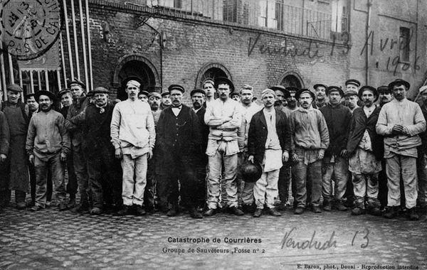 Un groupe de sauveteurs de la fosse n°2.
