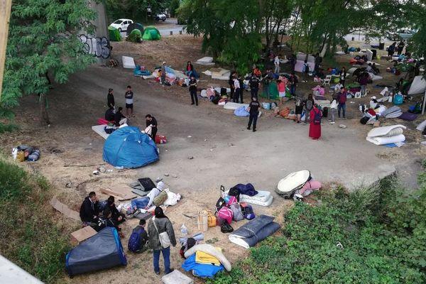 La police a demandé aux demandeurs d'asile tibétains de ranger leurs tentes et d'évacuer les bords de Seine. A 10h30, les berges étaient vides.
