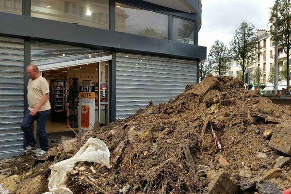 Du fumier et du lisier ont été déversés devant les entrées du magasin.