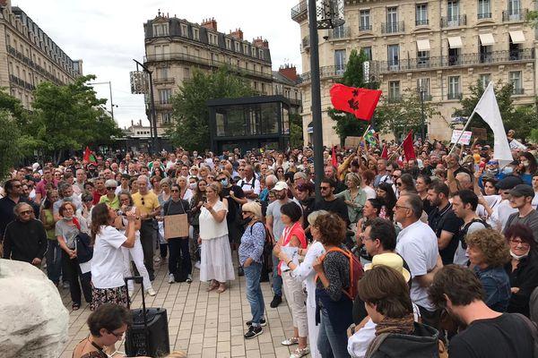 Après avoir été dispersés, les manifestants se sont rassemblés Place Darcy