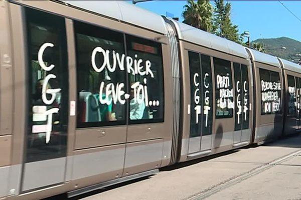 De nombreuses inscriptions ont été inscrites sur les rames de tramway et sur certains bus de Nice.
