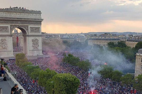 La foule au pied de l'Arc de Triomphe après la victoire des Bleus en coupe du monde, dimanche 15 juillet 2018.