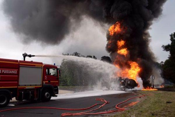 L'incendie d'un camion, à Fontainebleau, le 9 mai 2018.