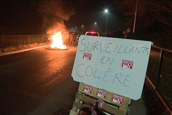 Blocage de la prison de Beauvais par les surveillants pénitentiaires en grève dès 4 heures du matin mardi 12 février 2019