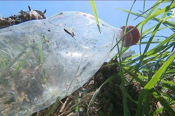 Le gouvernement annonce la mise en place en 2019 d'un bonus-malus sur les emballages plastiques pour renforcer les filières de recyclage