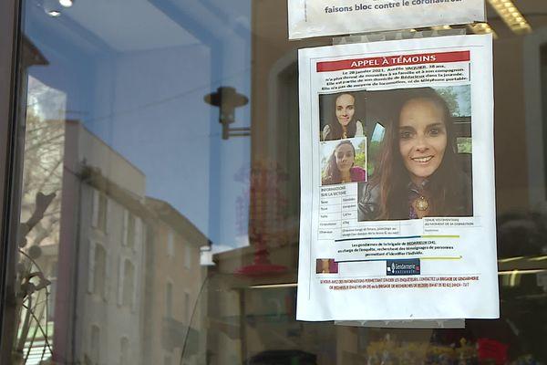 Les proches d'Aurélie Vaquier avaient placardé des avis de recherche sur les vitrines du centre-ville de Bédarieux.