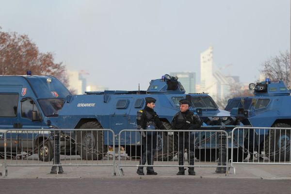 """Des blindés de la gendarmerie devant l'Arc de Triomphe à Paris, pour l'""""acte 10"""" des gilets jaunes le samedi 19 janvier."""