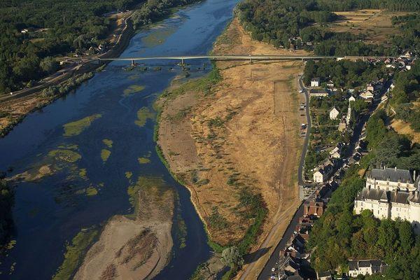 Juillet 2019. Vue aérienne de la Loire à Chaumont-sur-Loire où on voit les bancs de sables dans le lit du fleuve royal dont le niveau est très bas.