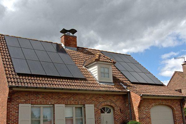 La société Heslyom a obtenu 200 millions d'euros d'emprunt pour installer 10.000 centrales photovoltaïques sur les maisons individuelles.