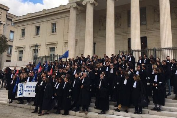 Les avocats du barreau de Marseille rassemblés  devant le Palais Monthyon