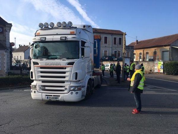 A Thiviers, les camions ne passent qu'au compte-goutte par l'axe principal de la ville, bloqué depuis samedi