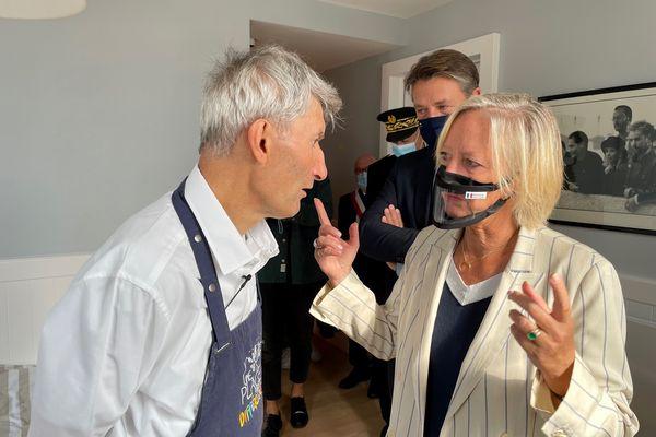 Sophie Cluzel en visite dans la maison de Vincent discute avec l'un des six résidents