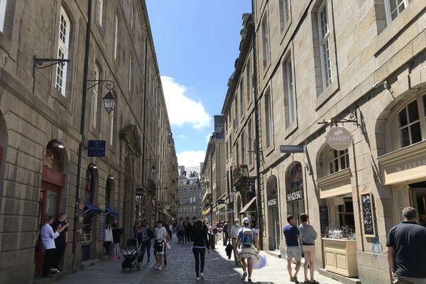 Saint-Malo est visitée par plus 100 000 touristes chaque année mais perd des habitants notamment à cause du prix de l'immobilier. En cause, les logements de particuliers dédiés aux locations de courtes durées.