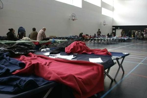 Les Roms évacués du bidonville de Bobigny sont hébergés dans un gymnase
