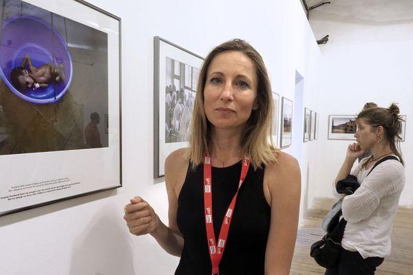 La photographe Véronique de Viguerie devant l'un de ses clichés ramenés du Yémen.