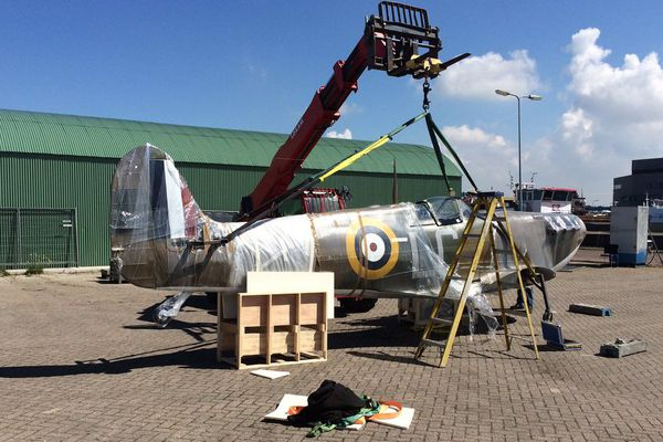 """Une réplique de Spitfire, sur le port d'Urk aux Pays-Bas, où se poursuit le tournage de """"Dunkirk""""."""