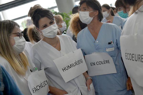 Débrayage du personnel soignant au CHU Nord de Saint-Etienne pour dénoncer les conditions de restructuration de l'hôpital public.