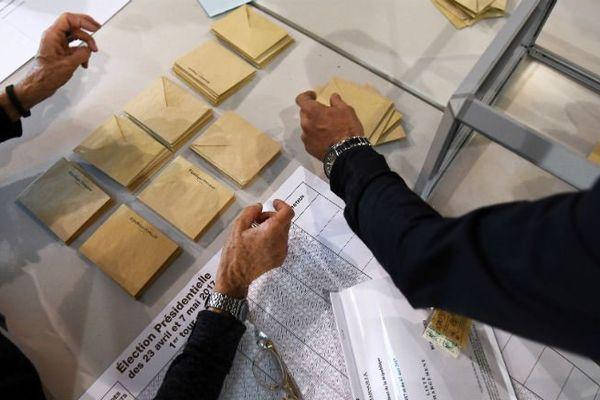 Dépouillement dans un bureau de vote à Marseille.