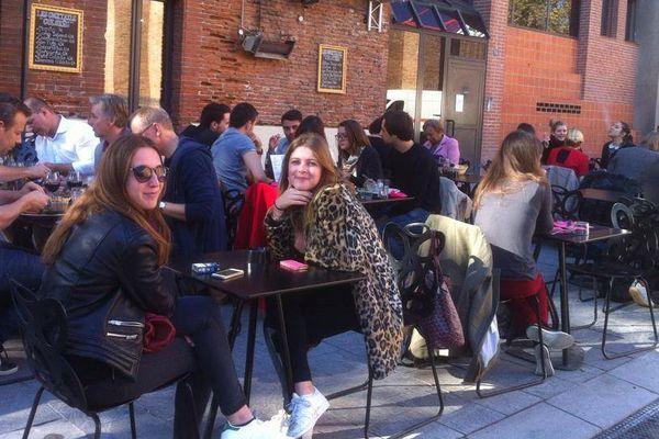 Éte indien sur la place Saint Pierre : Coline et Julia prennent leur déjeuner en terrasse.
