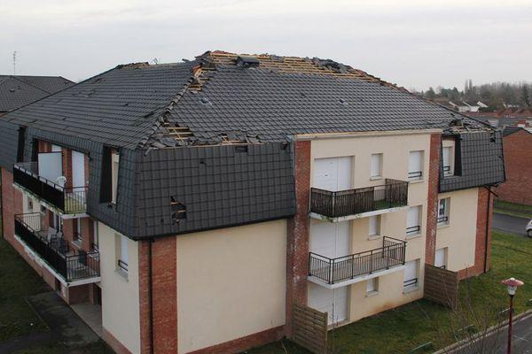 La toiture de cet immeuble de la rue des Cyprès, à Leers, a été fortement endommagée par la tornade.