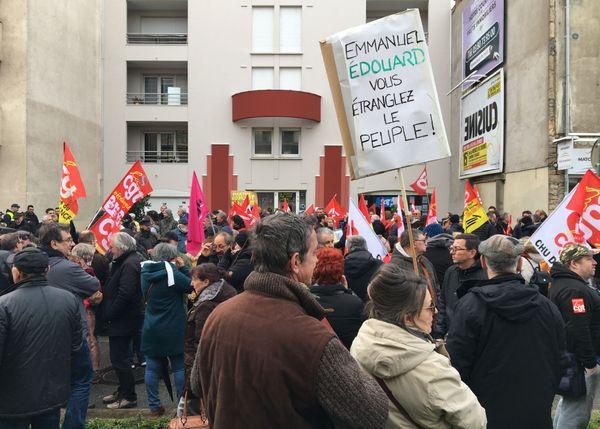 Manifestation contre le 49.3 devant la permanence de Didier Martin