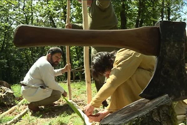 Un métier à tisser vertical fabriqué à l'aide d'outil fait maison