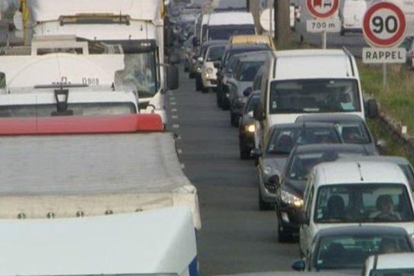 Bouchons ce lundi matin sur l'A25 à cause d'un camion renversé.