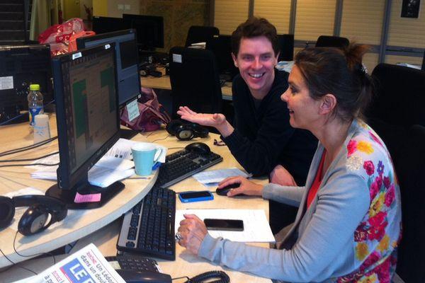 """Le """"pool"""" internet de France 3 est installée au coeur de la rédaction. Pascal Sulocha éditeur web et Isabelle Brunnarius journaliste."""