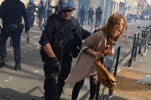 Plusieurs photos et vidéos témoignent de brutalité policière.