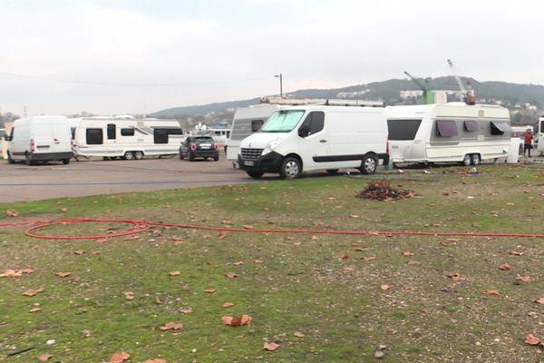 Gens du voyage confinés dans leurs caravanes sur un parking à Rouen