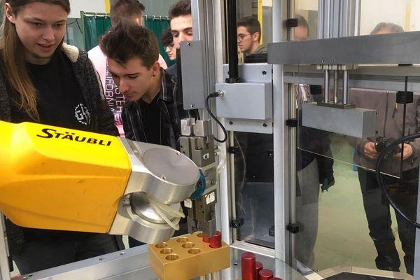 Un concours de robotique, dans le lycée Jean Zay de Thiers.