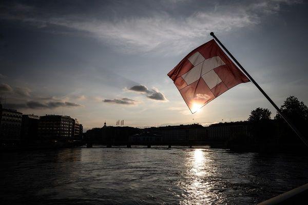 Le drapeau suisse flottant au-dessus du Rhône à Genève.
