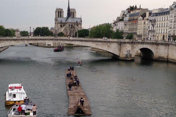 Le train de bois sur la Seine, proche de l'Ile de la Cité, dimanche 5 juillet