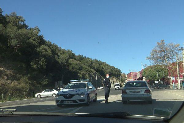 La police laisse entrer les Français au Perthus sans vérification systématique des attestations.