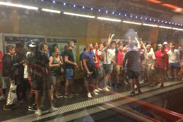 Les Anglais mettent dans de l'ambiance dans les rames du métro marseillais.