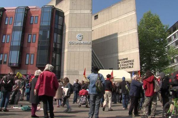 Les manifestants devant la CCI Grenoble, mardi 3 mai.