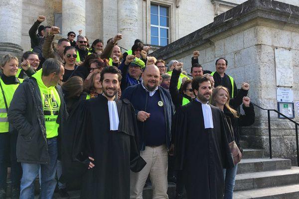 """Des gilets jaunes sont venus soutenir les mis en cause dans l'affaire de la """"décapitation"""" de l'effigie de Macron, ce lundi sur le parvis du tribunal d'Angoulême"""