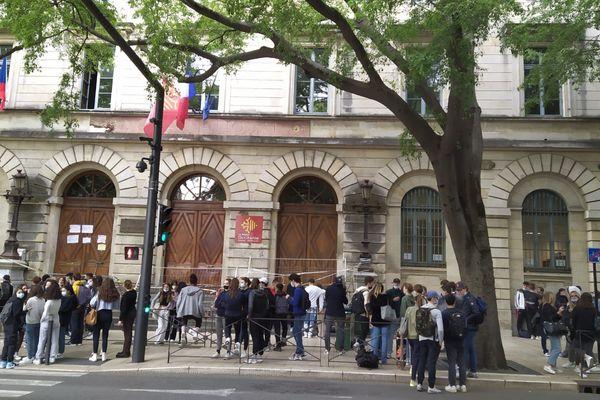 Mobilisation d'élèves du Lycée Daudet, à Nîmes (Gard), devant leur établissement.