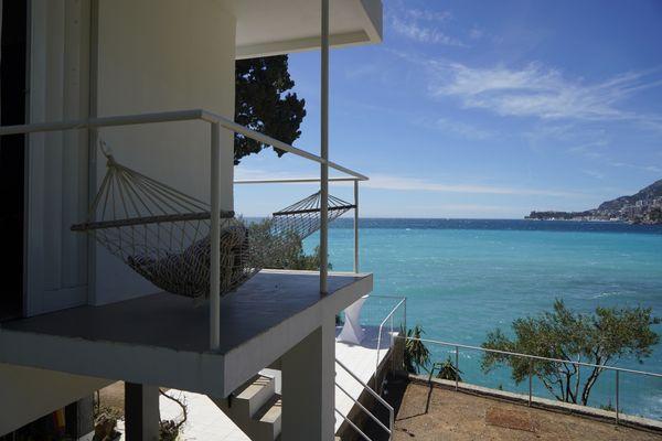 La vue imprenable sur la Méditerranée depuis la villa E-1027, située à Roquebrune-Cap-Martin.