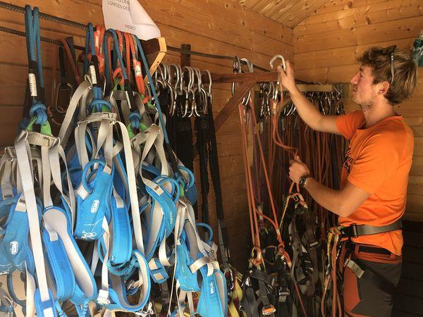 Paul vérifie les équipements de sécurité