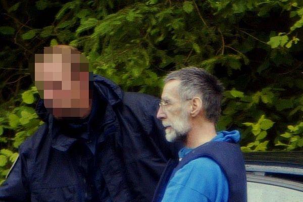 Michel Fourniret assiste le 03 juillet 2004 à Donchéry aux fouilles pour retrouver les corps de deux de ses victimes.