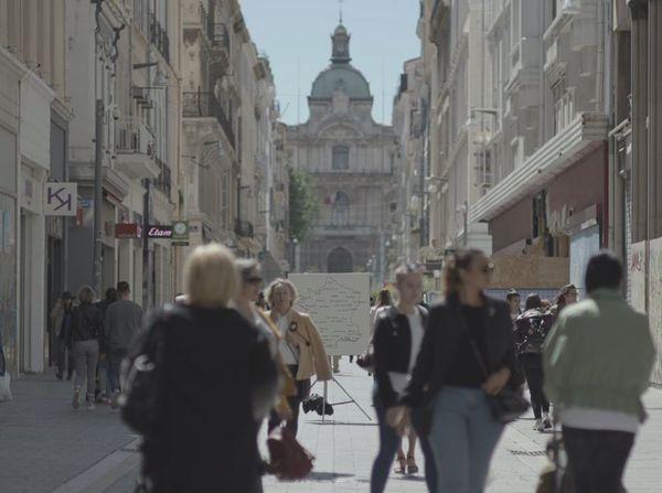 """Implanter une carte mobile de France avec des villes algériennes à différents endroits de Marseille, et recueillir les réactions spontanées des passants. Tel est l'objet de """"La terre passe"""", un documentaire de 14 minutes signé Nicolas Travaux et Anne Raveau."""
