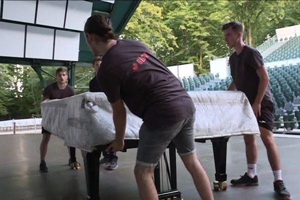Des déménageurs spécialisés pour transporter la pièce maîtresse : le piano.