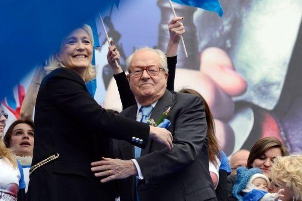 Marine Le Pen et Jean-Marie Le Pen, son père, lors du défilé du Front National le 1er mai 2013