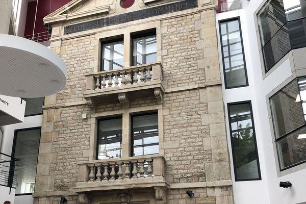 """L'école de commerce de Dijon a souvent été en travaux. En 2017, elle change de nom et devient BSB. L'ancienne porte d'entrée est conservée et mise en avant dans le """"learning center"""", la bibliothèque de l'école."""