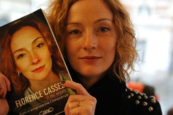 """Florence Cassez présente son livre """"Rien n'emprisonne l'innocence""""."""