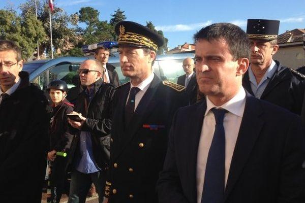 Manuel Valls venu constater les dégâts causés jeudi soir par le tir d'une roquette sur un bâtiment de la caserne Battesti d'Ajaccio