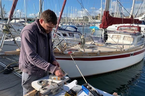 Adrien vit sur son bateau depuis quatre ans. A défaut de naviguer, il bricole sur le ponton