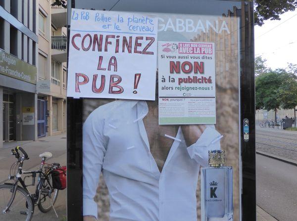 L'association affiche des tracts militants contre  la publicité dans les rues de Dijon